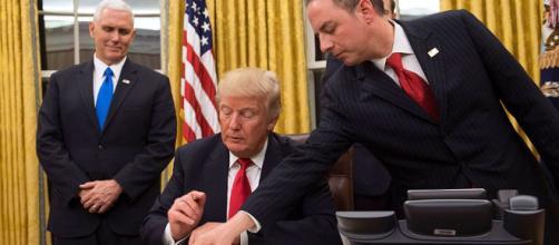 """Trump firma orden ejecutiva para """"aliviar las cargas"""" de la ... -"""