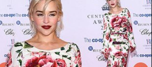 La actriz de 31 años cautivó con un precioso vestido color crema con un diseño de rosa rosa, con un dobladillo con volantes en forma de dama