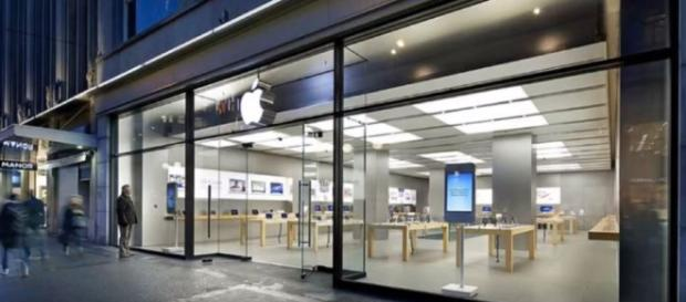 Smoking iPhone Battery Forces Apple Store Evacuation - Image credit - RandomTopicsWithHumor | YouTube