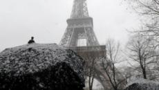 La Torre Eiffel se cierra cuando París es golpeada por una enorme nevada