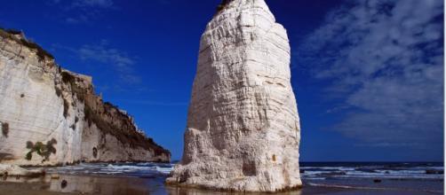 Il Pizzomunno, l'imponente monolite in pietra calcarea alto 25 metri.