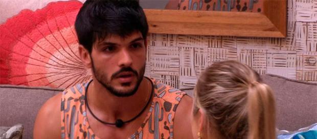 Lucas conversa com Jéssica (TV Globo - Divulgação