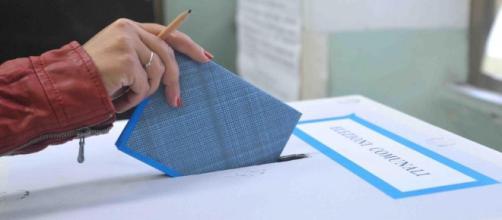 Un seggio elettorale e una scheda