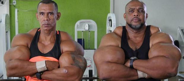Tony 'Hulk' Geraldo, 49 ani și Alvaro 'Conan' Pereira, 50 ani sunt considerați uriașii Braziliei - Foto: Daily Mail (© Barcroft Media)