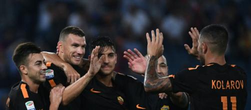 Edin Dzeko, abbracciato dai suoi compagni dopo un gol