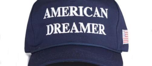 """Esta es la nueva gorra """"Américan Dreamer"""" que cuesta 50 dólares. Foto: Cortesía del Comité de Campaña del presidente Donald Trump."""