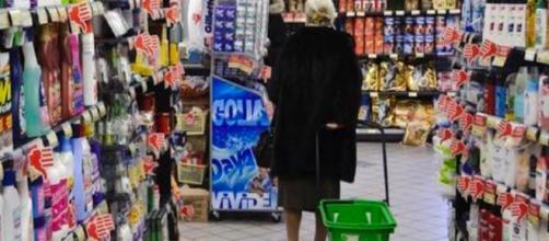 Un'anziana si è sentita male tra i corridoi di un supermercato di Padova affamata dopo un inverno di stenti e privazioni.