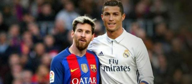 Cristiano y Messi saludándose en un clásico