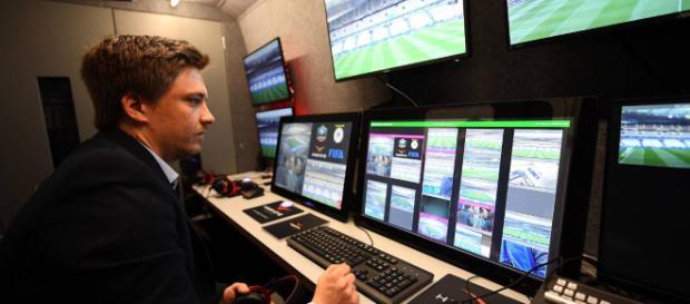 El sistema de videoarbitraje VAR para la revisión de jugadas
