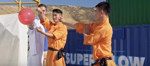 Segundo o mestre Shaolin a técnica leva cerca de dez anos para ser apreendida (THE SUPER SLOW SHOW)