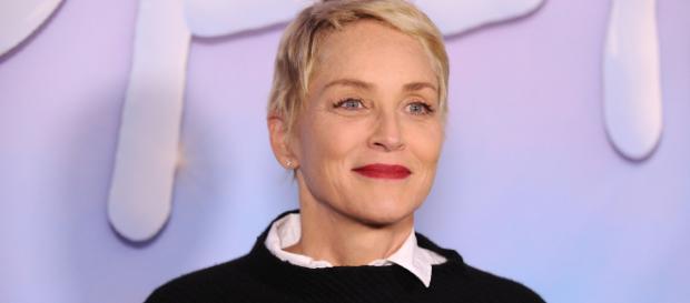 Sharon Stone toma una embarazosa caída