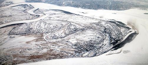 Macabro ritrovamento su una sponda del fiume Amur in Siberia: in un sacco interrato nella neve c'erano 54 mani mozzate.