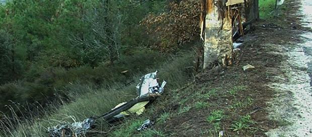 Automóvel ficou destruído depois de ter chocado contra uma árvore