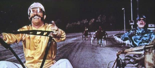 """La scena del """"sorpasso"""" tra Proietti e Montesano in """"Febbre da Cavallo"""", 1976"""