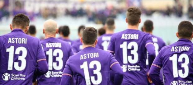 Maillots floqués du nom de Davide Astori et son numéro 13 à l'échauffement