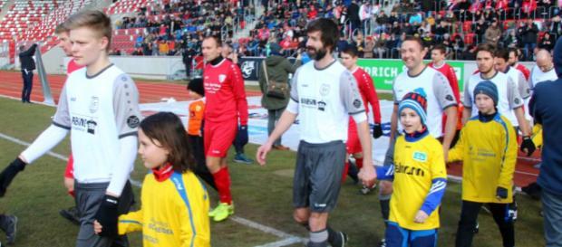 Marc Janke (Dritter Marbacher (weiß) von links) war maßgeblich am 2:0-Sieg gegen den FC Borntal beteiligt. Foto: Martin Bogatz