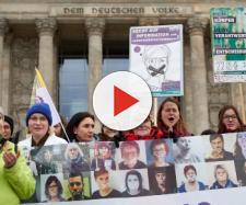 Le persone manifestano contro il 219a, introdotto dai nazisti come una serie di leggi per criminalizzare medici ebrei, omosessuali e comunisti.