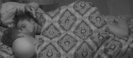 No quarto, debaixo do edredom, Paula e Breno curtiram a madrugada