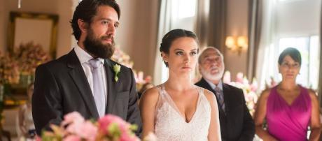 Renato (Rafael Cardoso) e Clara (Bianca Bin) na cena do casamento que não se realizará.