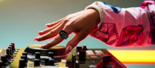 Este controlador que luce como un anillo, permite hacer música con gestos manuales.