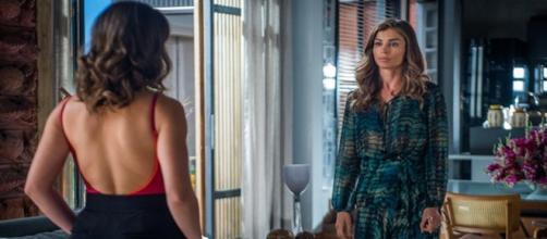 Lívia procura Clara para lhe fazer alerta. (Foto: Divulgação TV Globo)