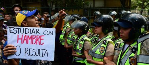 los estudiantes Venezolanos dejan las aulas, jóvenes emigran en busca de futuro