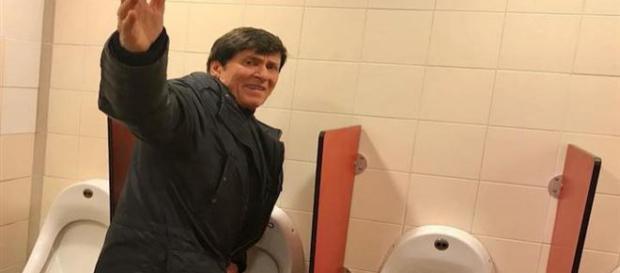 Gianni Morandi: ecco la foto in un bagno pubblico fatta da una fan