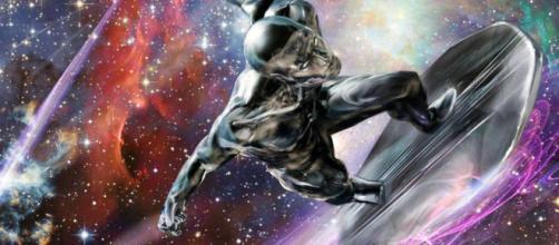 El Silver Surfer esgrime el poderoso Mjolnir de Thor en la batalla final del Universo Marvel.