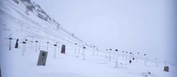 Il cimitero di Longyearbyen in Norvegia è inattivo da 70 anni. Qui è 'vietato' morire.