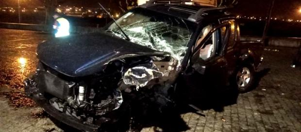 Veículo descontrolado embateu com violência contra um muro