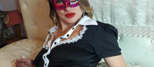 Diventa attrice amatoriale dopo essere stata licenziata come cameriera