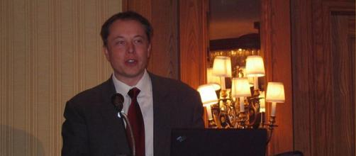 Elon Musk provides details on Falcon 9 and Dragon manned spacecraft at Mars Society Conference (Image credit – FlyingSinger, Wikimedia Commons)