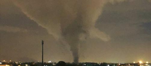 Il tornado ripreso durante la sua avanzata