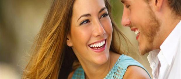 A mulher faz alguns sinais específicos quando está afim do homem