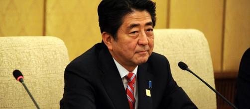 El Primer Ministro, Shinzo Abe, salpicado por un asunto de corrupción donde también entraría su mujer.
