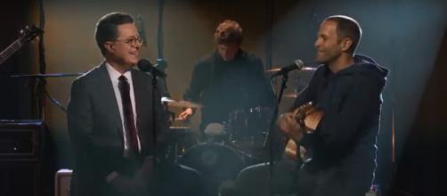 Stephen Colbert sings with Jack Johnson and makes beautiful memories and music. Screenshot The Late Show/YouTube