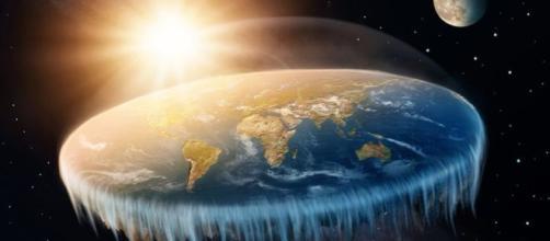 Terraplanista tenta explicar o porquê de ninguém cair da 'borda' da Terra.