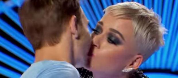 American idol: Katy Perry le robó un beso y luego lo eliminó | Tele 13 - t13.cl