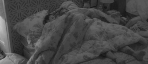 Debaixo do edredom, Gleici e Wagner agitam a madrugada no ''BBB18''