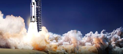 Lancio di un razzo spaziale in orbita.