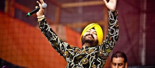 Popular singer Daler Mehndi on stage. (Image via Phronesisindia - Wikimedia Commons)