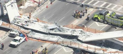 Se cae puente peatonal en Florida