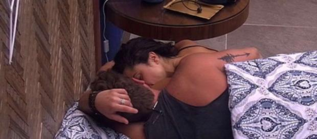 Paula assumiu o romance com Breno, não ligando mais para Ana Clara