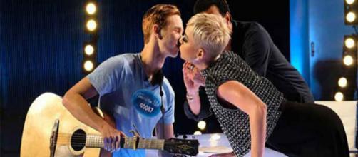noticias espectaculos Katy Perry le roba un beso concursante de ... - planoinformativo.com