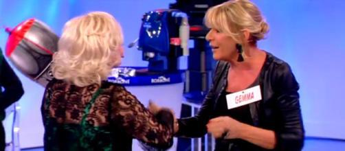 Tina Cipollari tira acqua in testa a Gemma Galgani a Uomini e ... - velvetgossip.it