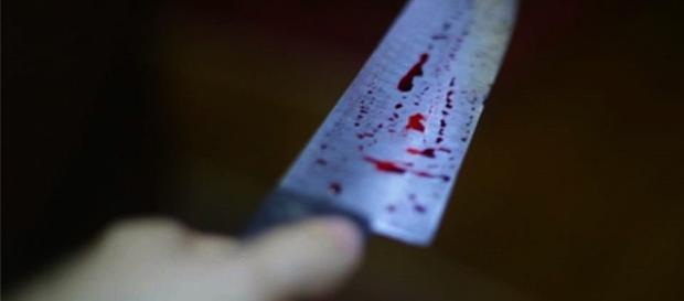 Mulher apresentava vários golpes de faca no pescoço, peito e mãos