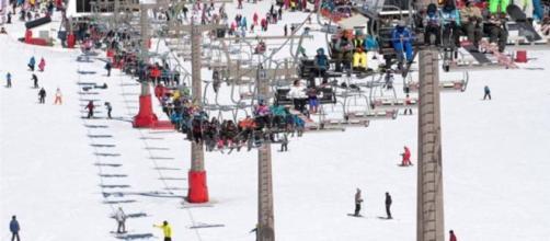 Alrededor de 11 personas tienen lesiones menores por accidente es estación de esquí en Georgia, EUA.
