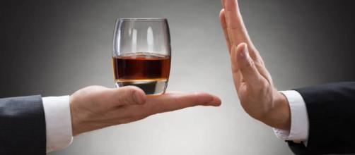 ¿Sufres de ansiedad social? Si lo haces, puedes notar cómo, después de algunas copas con amigos, esa ansiedad parece desaparecer mágicamente.