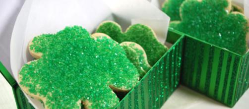 Squisiti e friabili biscotti Shamrock a forma di trifoglio per celebrare la festa di San Patrizio