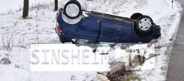 Der PKW landete nach dem Unfall im Graben. Foto: SinsheimTV/Buchner